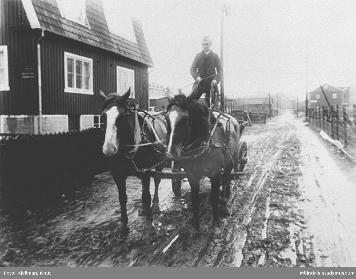 Ernst Andersson från Fässberg kör gödsel på Bergmansgatan i Mölndalsbro. 1930-tal.