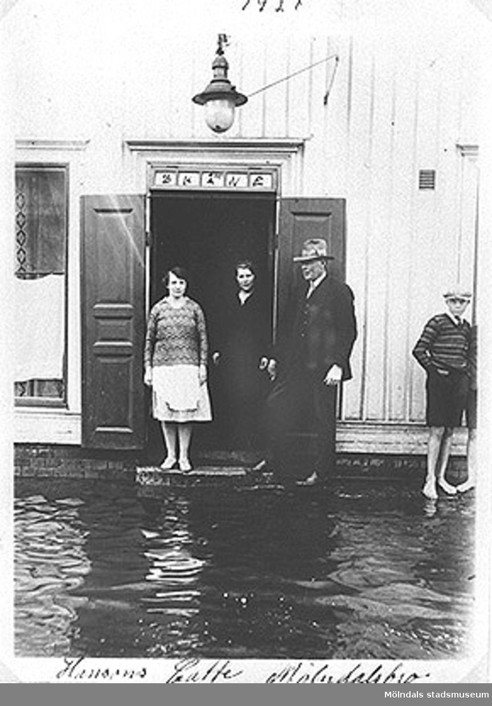 Översvämning vid Kafé Skåne, som då låg på Göteborgsvägen 3 i Mölndals bro, år 1927.