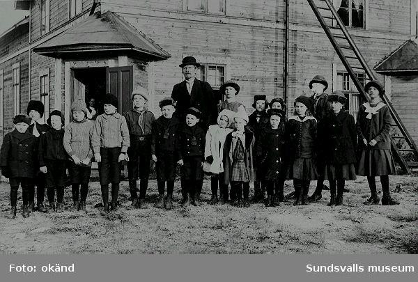 Söndagsskoleklass framför lokalen i Sprängsviken