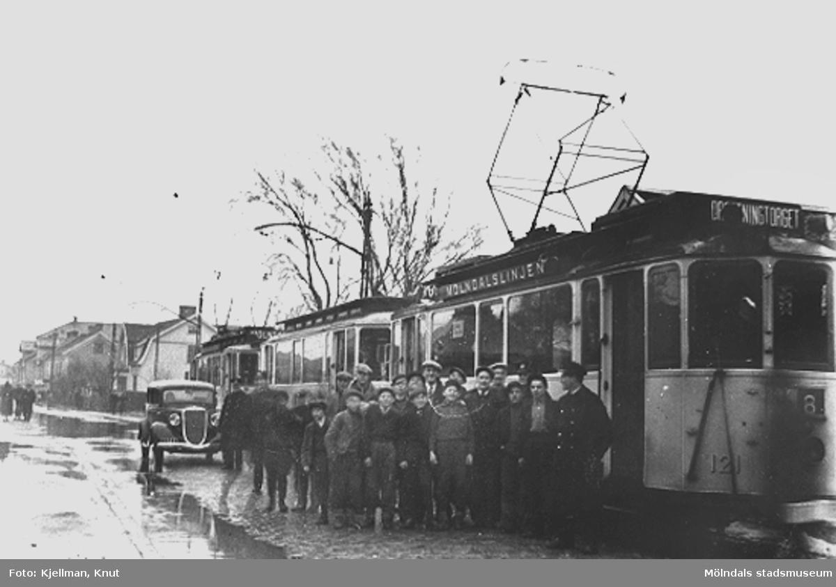 På grund av Göteborgsvägens översvämning stannar spårvagnen vid Annehill. 1920-30-tal.