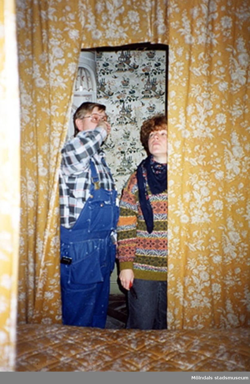 """Alf Garthman och Ulla Hasselqvist i gästsängkammaren """"Kinesen"""" (rum nr 47), cirka 1993."""