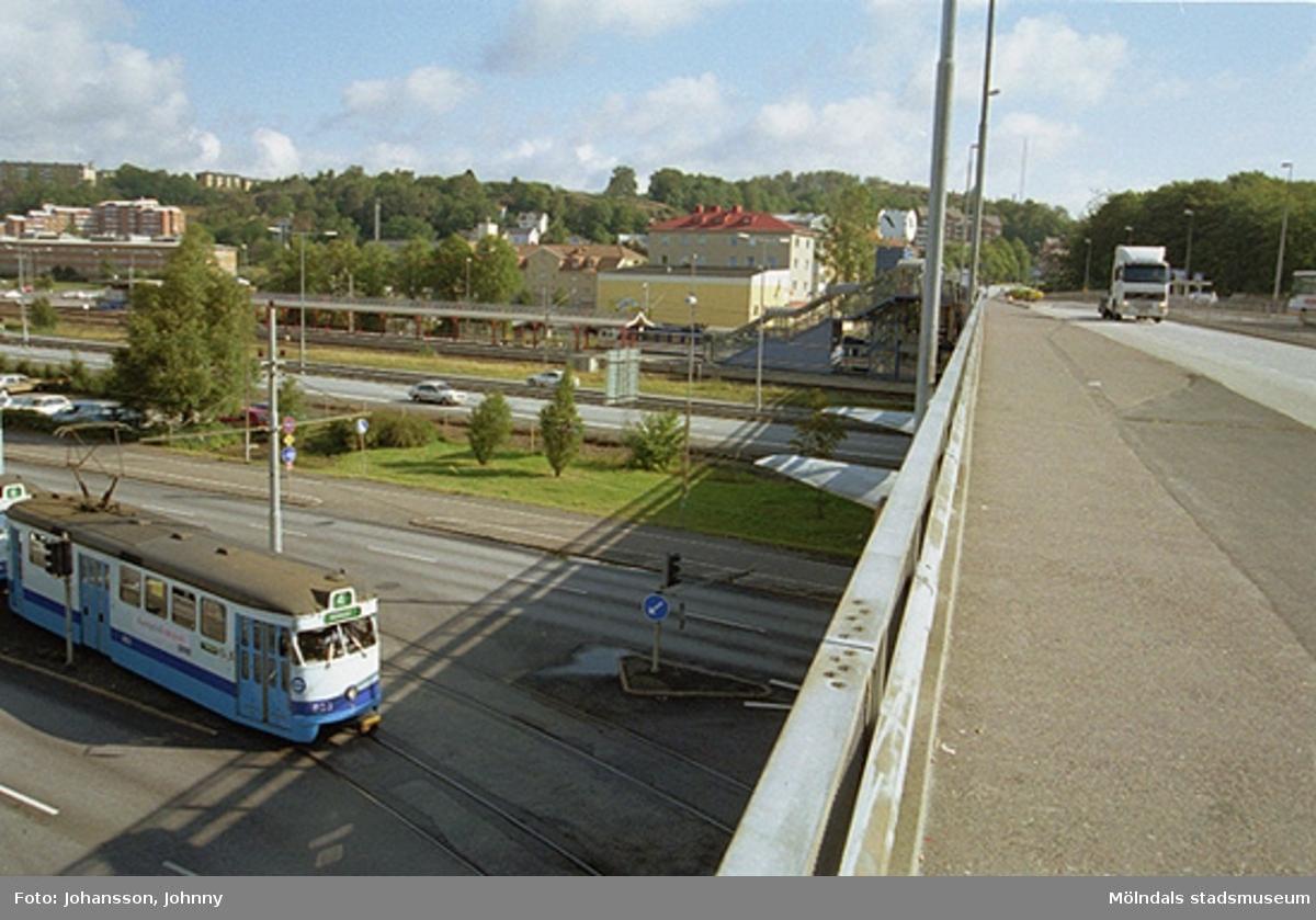 Mölndalsbro, järnvägsstationen och motorvägen (på norra sidan av bron). 4:ans spårvagn är på väg in under bron.