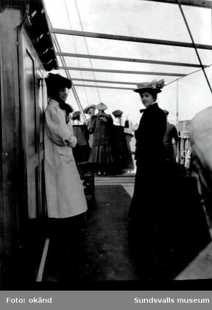 Ombord. fr v Maria Berggren och fru Stina Hellberg född Boström