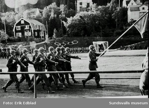 Militärer defilerar på Idrottsparken, Svenska flaggans dag 1950.