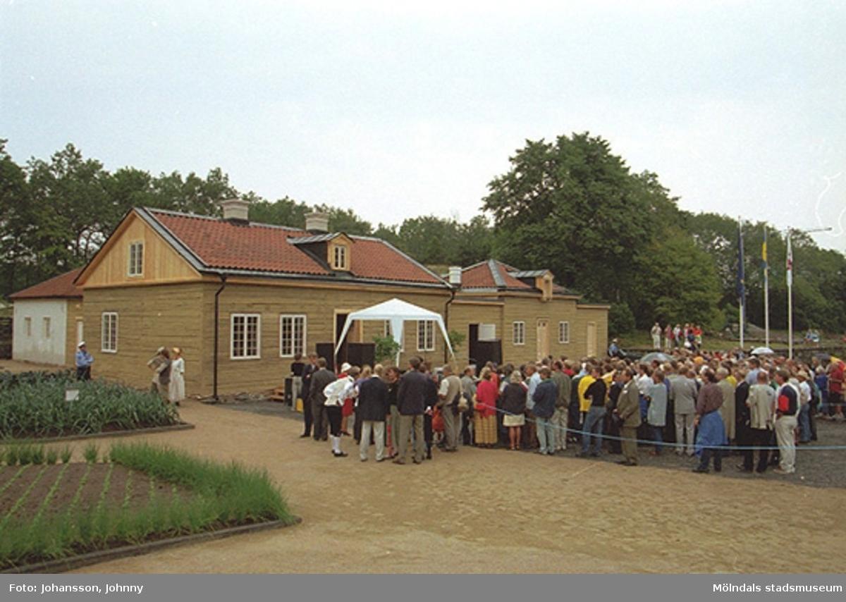 Åskådare utanför Tjenstefolksbostaden, kafé och konferenslokal.