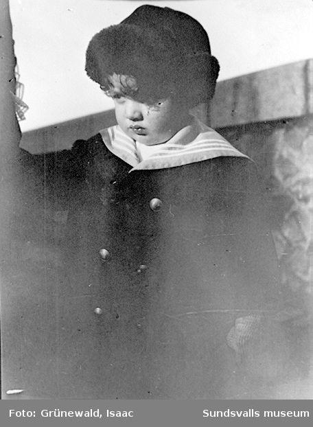 Iván Grünewald (f. 1911) på promenad, 1913.