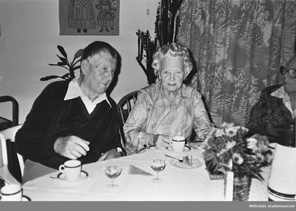 En man och en kvinna dricker kaffe med både dopp och avec på ålderdomshemmet Brogården. Okänt årtal.