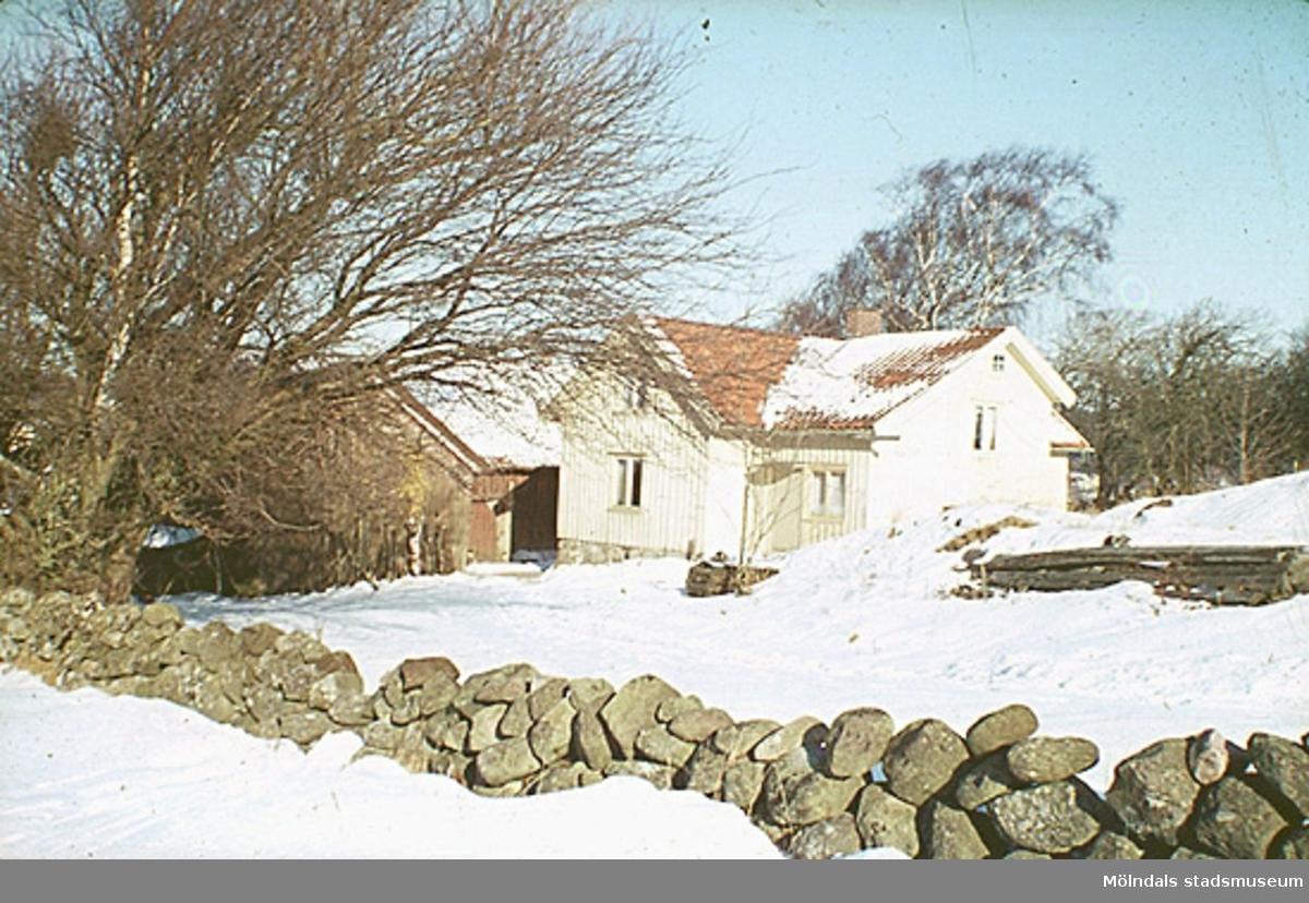 Gården hade inkörsväg från sydväst och från norr. Det var en gammal väg som användes innan Spårhagavägen fanns. Många av Mölndals stadsmuseums föremål (inom snickeriet) är tillvarataget från Rösera gård.