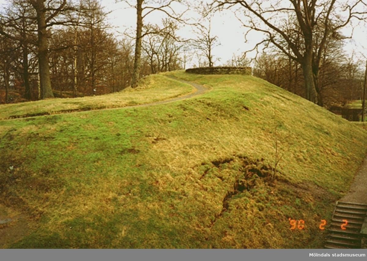 En kulle vid slottsparken. Längst ner till höger ses en trappa.