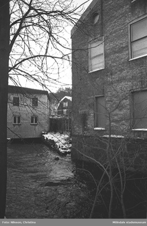 Turbinhallen, G-5. Södra och östra fasaderna. Fabriksbyggnad i tegelsten vid vattendrag.