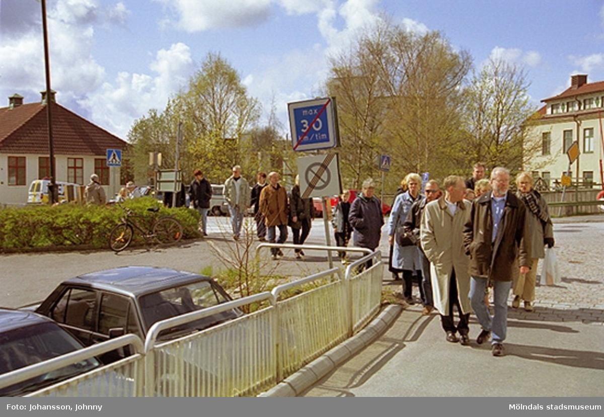 Besökare på väg till Kulturarvsdagen, gående från Frälsningsarméns parkering.