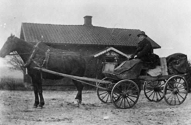 Nils Manfred Jonasson, f. 1883, med sin häst Freja (fr. Flyinge stuteri) utanför Bredaryds Häggegård intill Bredaryds station omkring år 1910. Jonasson var under tiden 1.7.1908 - 31.12.1916 postförare på linjen Bredaryd-Västboås-Kållersta, en sträcka om ca 25 km. Ersättningen utgjorde för enkel tur kr 3:50, senare höjt till 5 kr. Uppgifterna är Jonassons egna och ej kontrollerade.