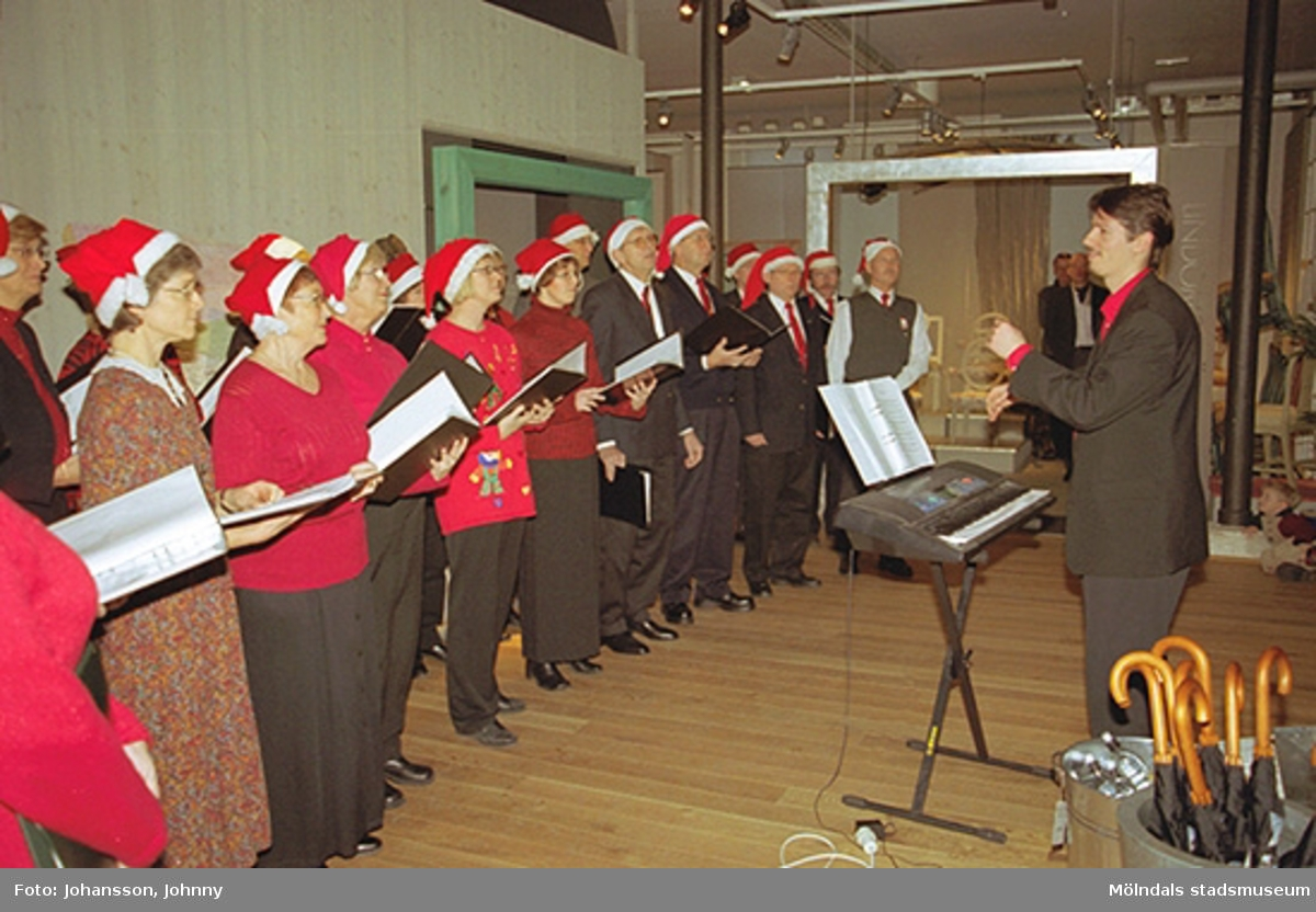 Opus sångkör sjunger på Mölndals museum 2002-12-15.Tomteutställningen: 30/11-02 - 1/1-03.