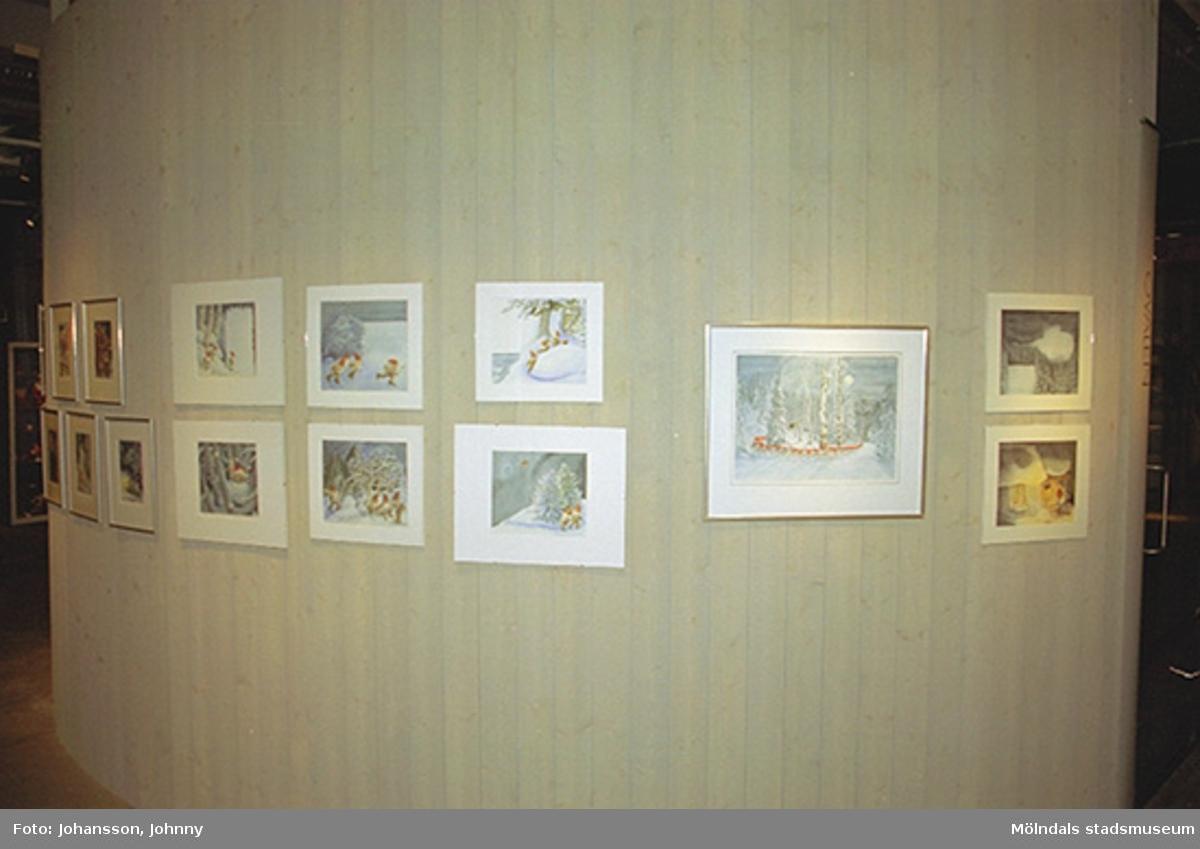 Tavlor målade av Maj Fagerberg i tomteutställningen på Mölndals museum 2002-12-15.