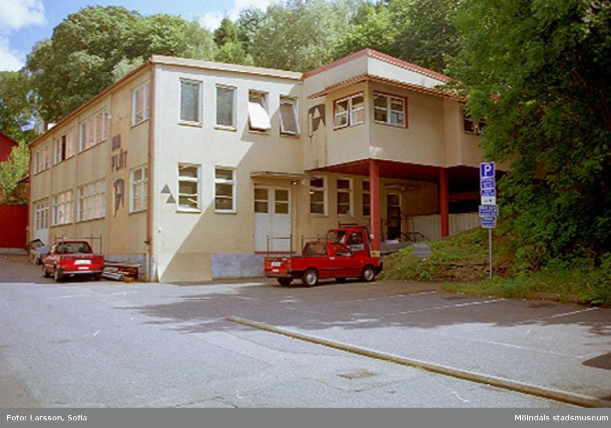 Götaforsliden 10, Korndal 15 i Kvarnbyn. Bygglov ang. rivning av mur. Förhandsbesked p-plats 2002. Relaterade motiv: 2002_1324 - 1326.