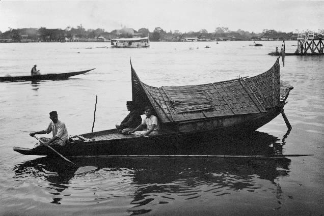Kanot för postföring på linjen Palembang-Tandjongradja vid floden Ogan på Sumatra.