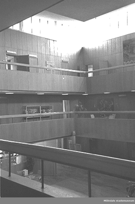 Mölndals stadshus. Stadshushallen med utsikt över alla våningar och gångarna.