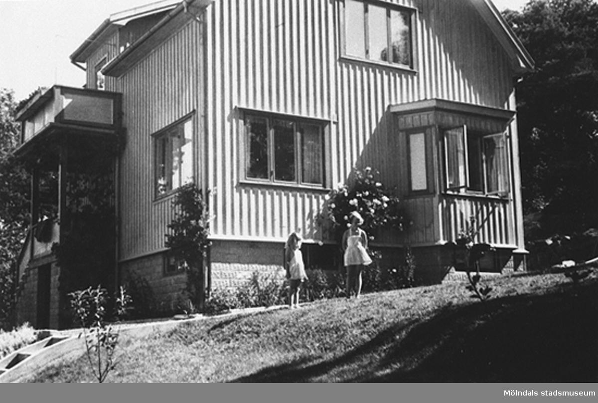 Torrekulla, Kållered, 1951.Systrarna Eva och Karin Pettersson utanför sitt föräldrahem i Torrekulla.Givare är Karin Hansson f Pettersson.