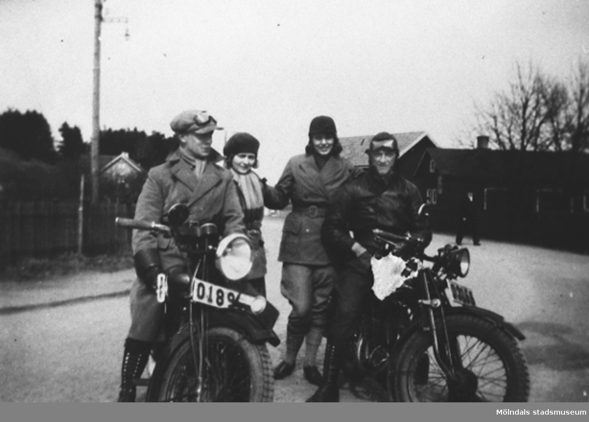 1930-talet. Ungdomar som åker motorcykel.Syskonen Östen och Rosa Krantz till vänster på bilden. Syskonen Kurt och Dagny Belfrage till höger på bilden.Östen och Kurt är goda vänner och ägare till motorcyklarna.Givare är Karin Hansson f Pettersson.