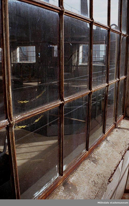 Papyrus fabriksbyggnad. Byggnadsdetalj: Rostigt järn. Från väster. September-oktober 1998.