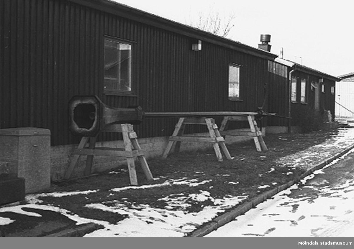 Gamla gatlyktan hos firma vid Barngårdsvägen, Kållered. 1992?