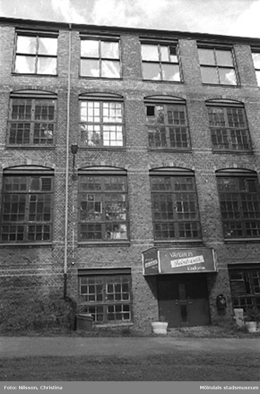 Werners fabriker, Annestorp, Lindome. Byggnadsdetaljer: Fönster, dörr och stuprör. Hösten 1994.