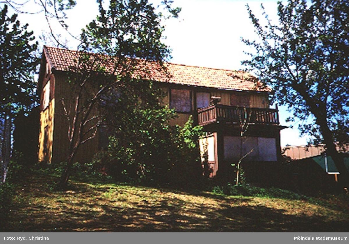 Ett gammalt bostadshus, Ranntorp 1:16 i Ranntorp, Lindome. Huset är nu rivet. Den nybyggda restaurangen Satelit ligger bredvid. Maj 1994.