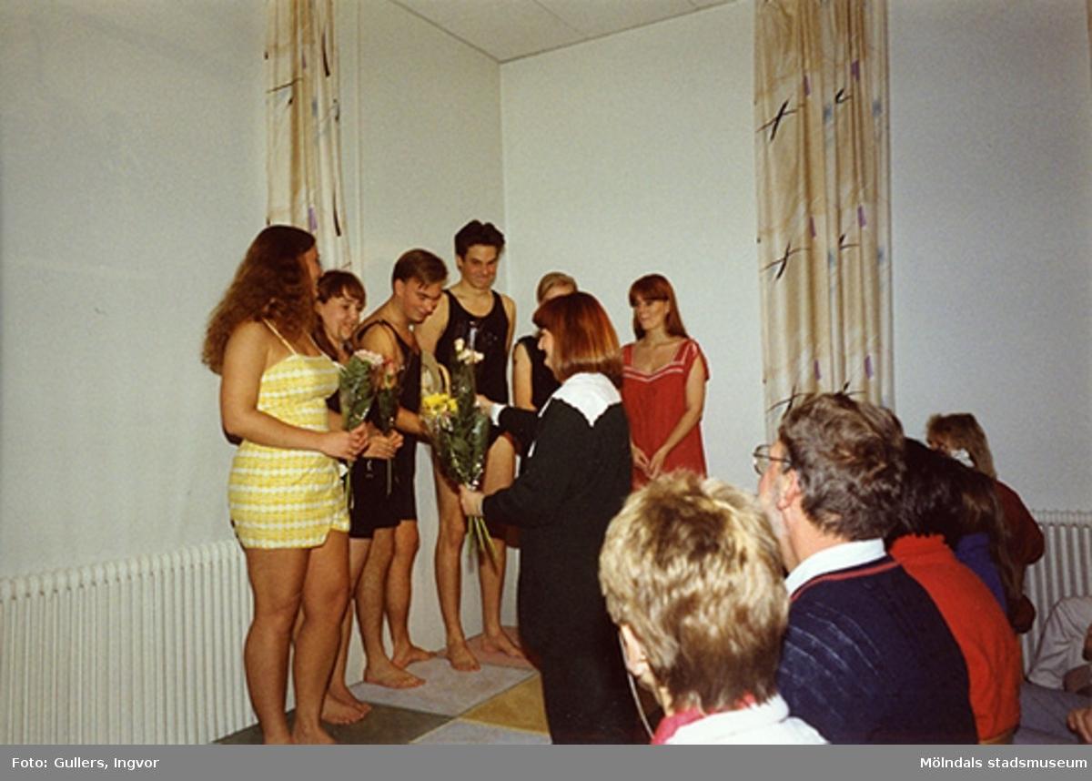 """Ungdomar från Burgårdens gymnasium visar upp baddräkter från förr, på Mölndals museum, familjesöndagen den 25 oktober 1992.Familjesöndagen är i samband med utällningen """"Gammalt skräp eller samlade minnen"""" 23 maj - 29 november 1992."""