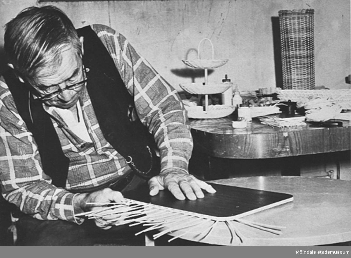 En äldre man i arbetsterapin på Lackarebäckshemmet, okänt årtal.