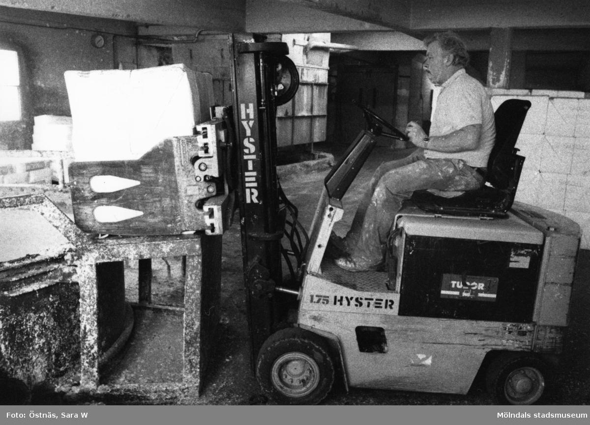 Man i arbete med truck på Papyrus i Mölndal, år 1990.