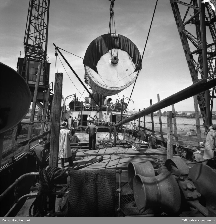 Transport av Papyrus PM2 yankeecylinder. Cylindern hissas upp med lyftkran i Göteborgs hamn, 2/6 1956.