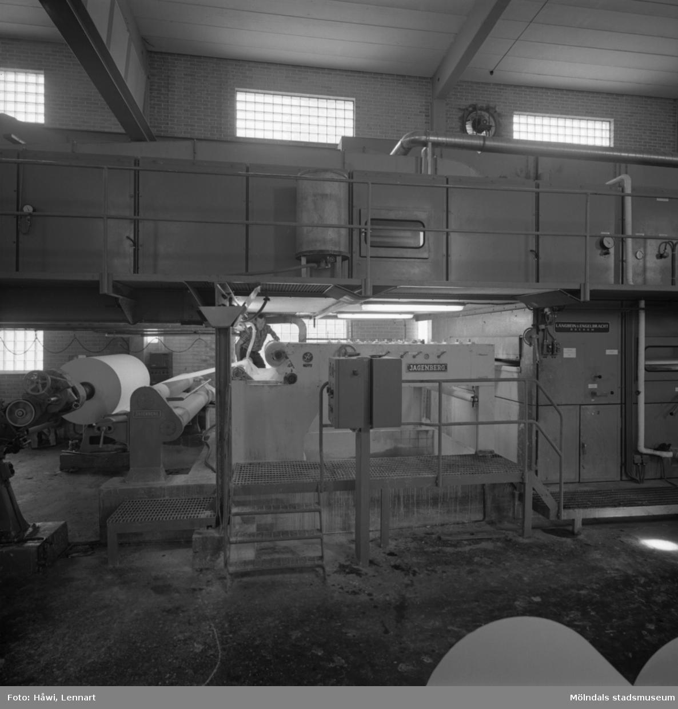 Man i arbete vid målmaskin nr 1 på Papyrus i Mölndal, 29/7 1968.