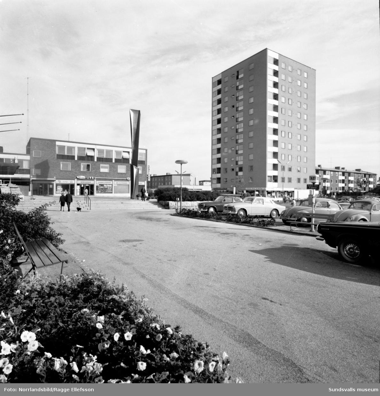 Skönsbergs centrum med konstverket Spiral reflex och höghuset.