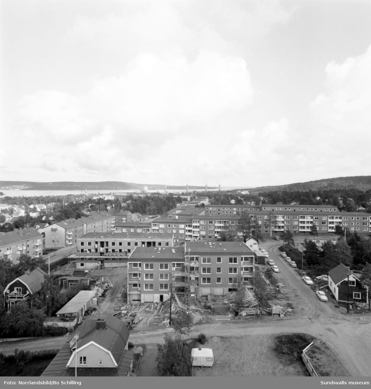 Byggnation av nya flerfamiljshus på Skönsmon, fotograferat från höghuset.