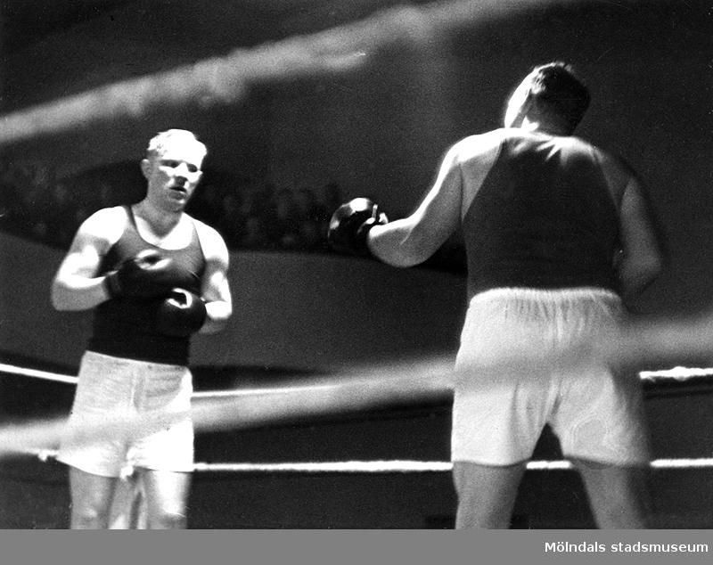 Tungviktsboxare Henry Nicklasson, bosatt i Mölndal, i boxningsmatch mot okänd motståndare. HN tillhörde Mölndals Boxningsklubb, och senare Redbergslids.