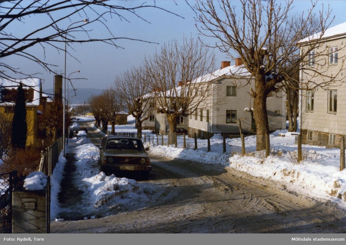 Bostadsbebyggelse vid Brunnsgatan i Ryet, Mölndal, en vinterdag på 1980-talet.