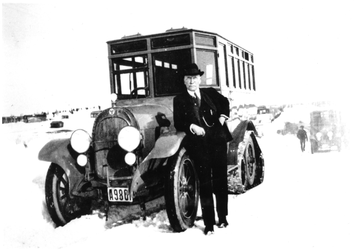 De första postdiligenserna utvecklades 1922-23 genom ett samarbete mellan Scania-Vabis (chassie) och Postens Verkstäder i Ulvsunda (karosseri). Observera banddrivningen på bakhjulen för bättre framkomlighet i snö. Mannen framför vagnen är Postens dåvarande generaldirektör Julius Juhlin.