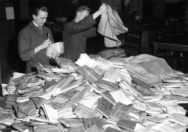"""Efter sortering och fördelning i """"ljusgården"""" transporteras posten upp till resp. bokföringsavdelningar."""