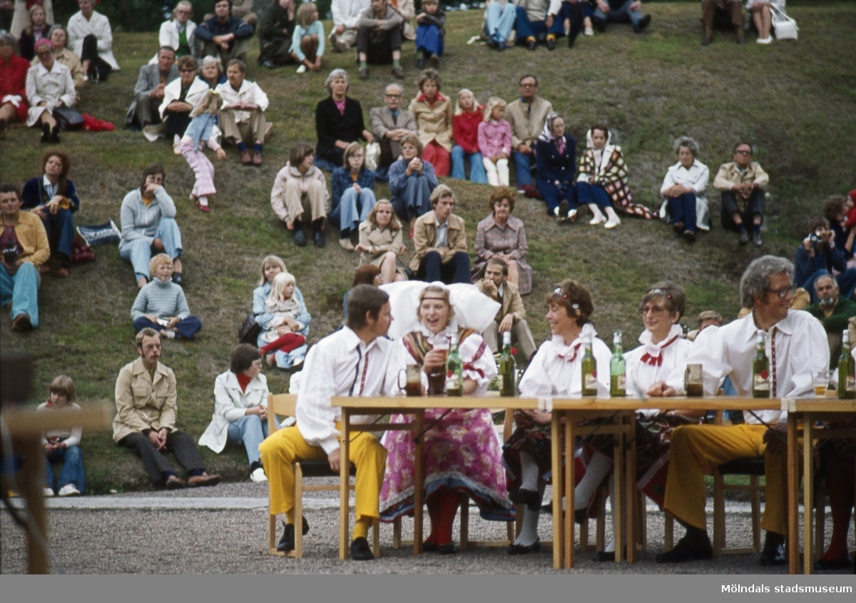 Festligheter vid Gunnebo slott, 1970-tal. Människor som sitter på Floras kulle.