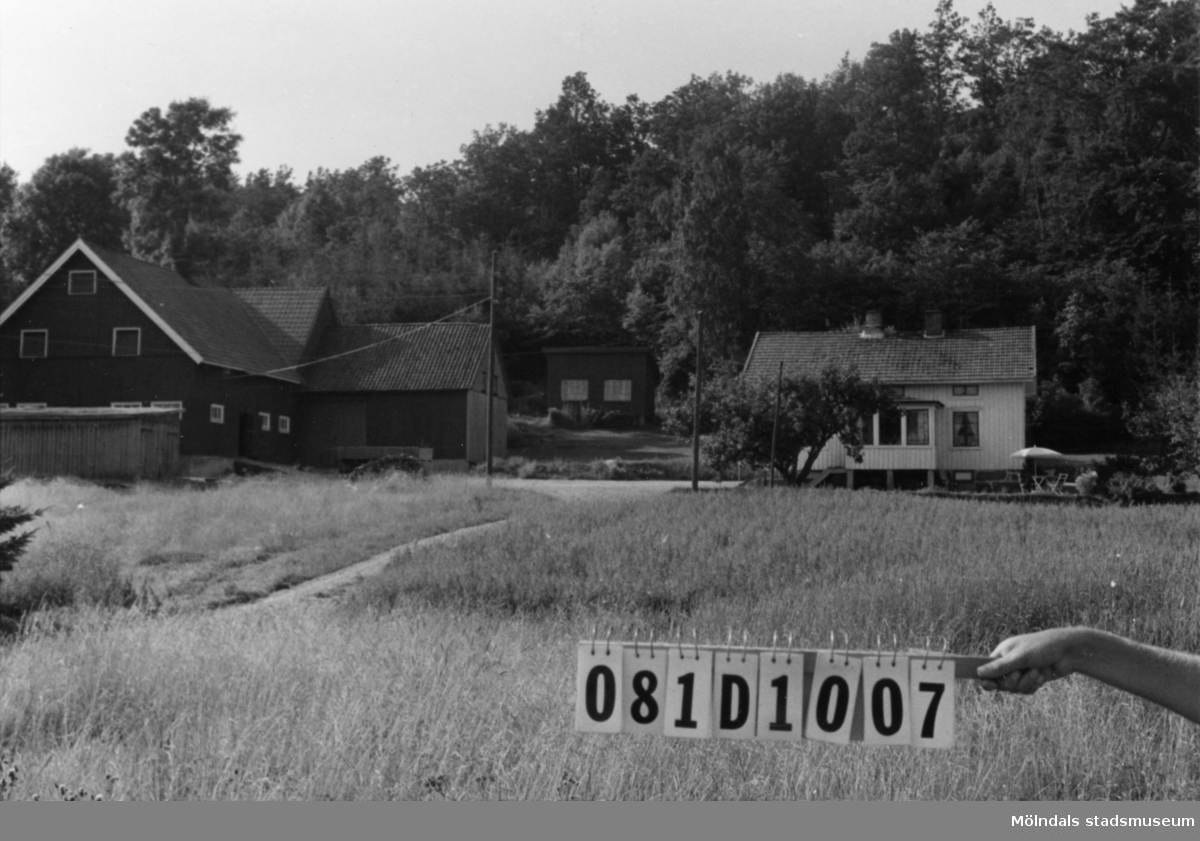 Byggnadsinventering i Lindome 1968. Knipered 4:11. Hus nr: 081D1007. Benämning: permanent bostad, ladugård och tre redskapsbodar. Kvalitet, bostadshus: god. Kvalitet, ladugård: mycket god. Kvalitet, redskapsbodar: god, mindre god. Material: trä. Tillfartsväg: framkomlig.
