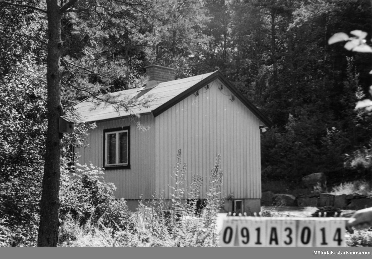 Byggnadsinventering i Lindome 1968. Skräppholmen (2:2). Hus nr: 091B4026. Benämning: fritidshus. Kvalitet: god. Material: trä. Tillfartsväg: framkomlig. Renhållning: soptömning.
