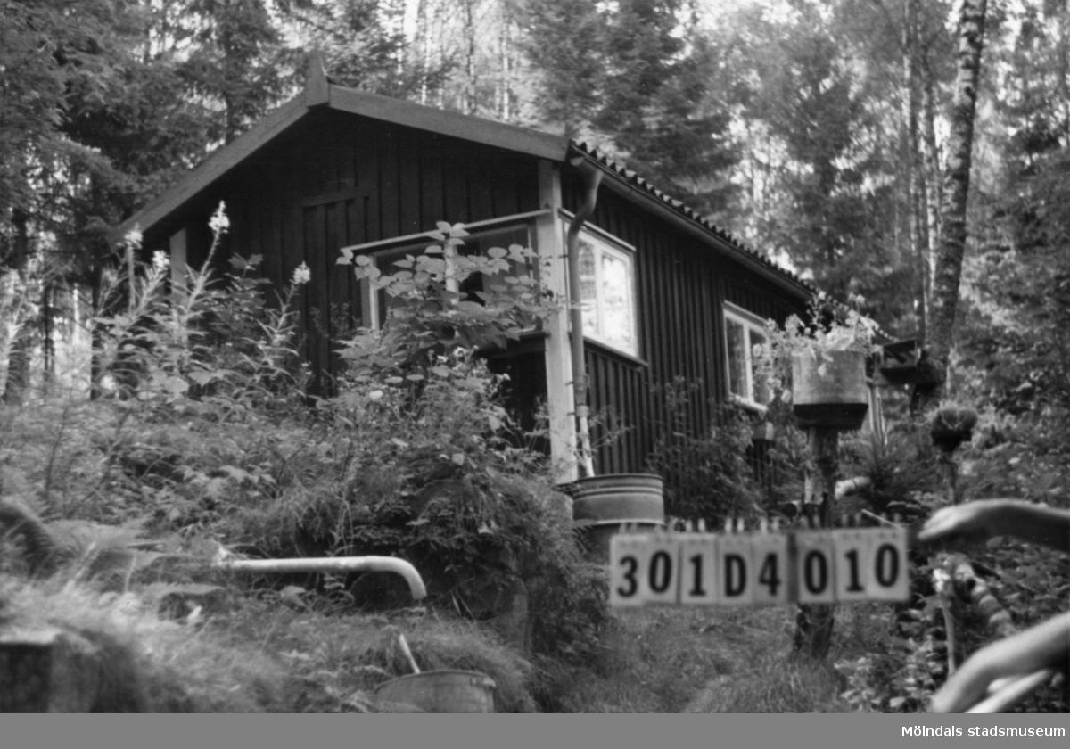Byggnadsinventering i Lindome 1968. Inseros 1:53. Hus nr: 301D4010. Benämning: fritidshus och tre redskapsbodar. Kvalitet: mindre god. Material: trä. Tillfartsväg: ej framkomlig.
