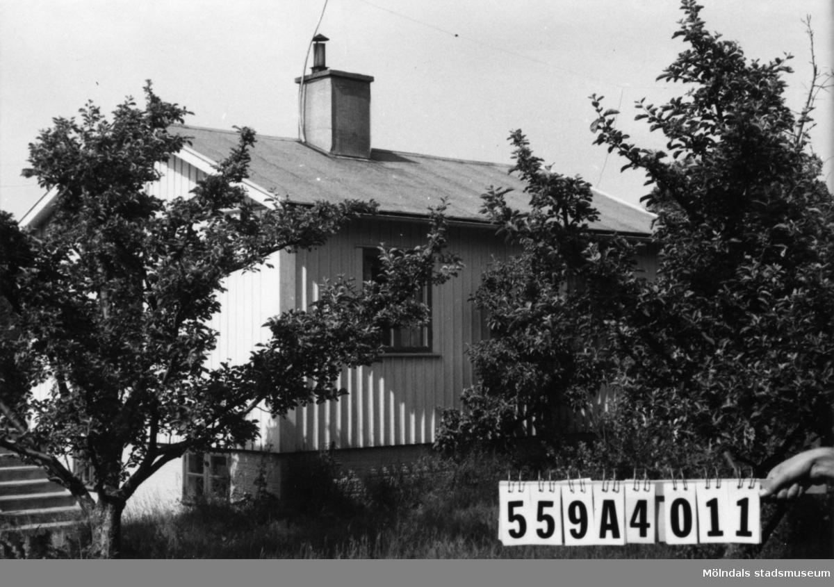 Byggnadsinventering i Lindome 1968. Dunsered 2:1. Hus nr: 559A4011. Benämning: fritidshus. Kvalitet: god. Material: trä. Tillfartsväg: framkomlig.