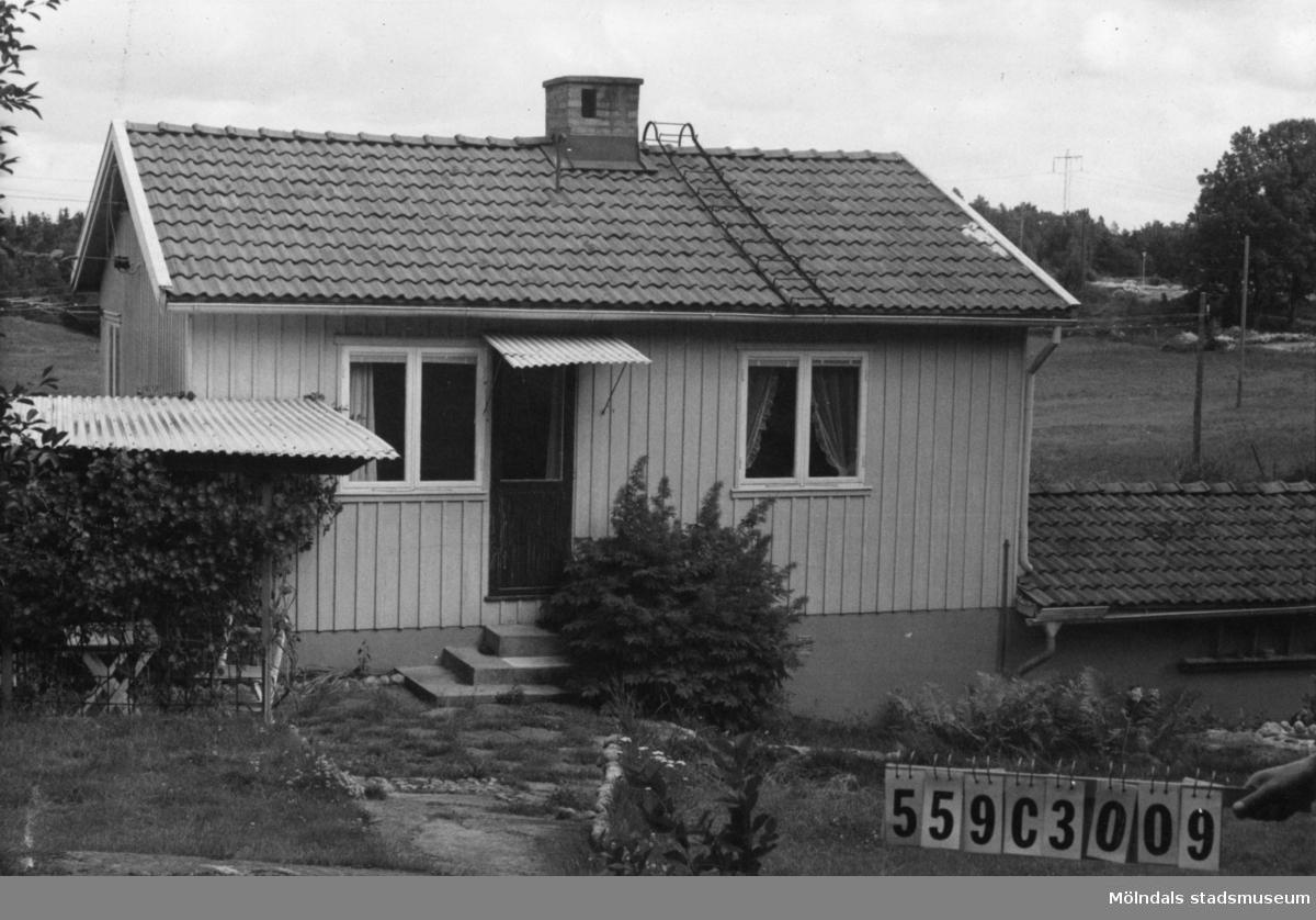 Byggnadsinventering i Lindome 1968. Fagered 1:14. Hus nr: 559C3009. Benämning: permanent bostad, redskapsbod och garage. Kvalitet: god. Material, bostadshus och redskapsbod: trä. Material, garage: sten. Tillfartsväg: framkomlig. Renhållning: soptömning.