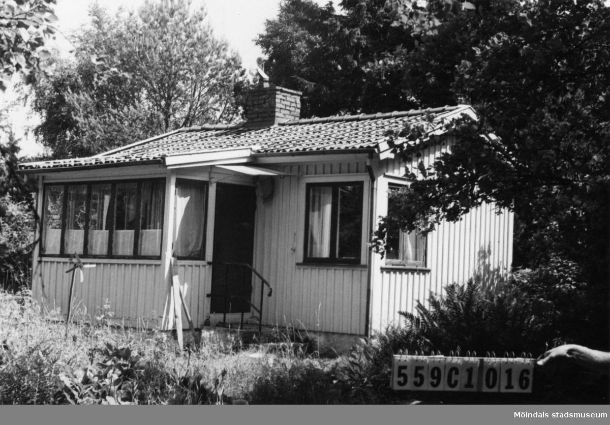 Byggnadsinventering i Lindome 1968. Gastorp 2:83. Hus nr: 559C4016. Benämning: fritidshus. Kvalitet: mindre god. Material: trä. Tillfartsväg: framkomlig.