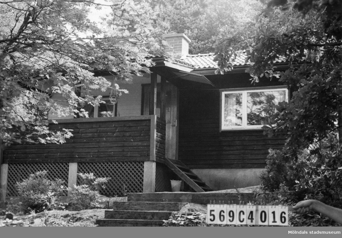 Byggnadsinventering i Lindome 1968. Berget 1:53. Hus nr: 569C4016. Benämning: fritidshus och gäststuga. Kvalitet, fritidshus: mycket god. Kvalitet, gäststuga: mindre god. Material: trä. Tillfartsväg: framkomlig. Renhållning: soptömning.