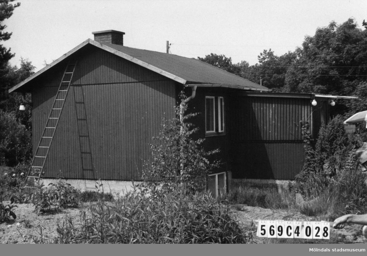 Byggnadsinventering i Lindome 1968. Berget 1:39. Hus nr: 569C4028. Benämning: permanent bostad, garage och skjul. Kvalitet, bostadshus: mindre god. Kvalitet, garage och skjul: dålig. Material: trä. Övrigt: brötig tomt. Tillfartsväg: framkomlig. Renhållning: soptömning.