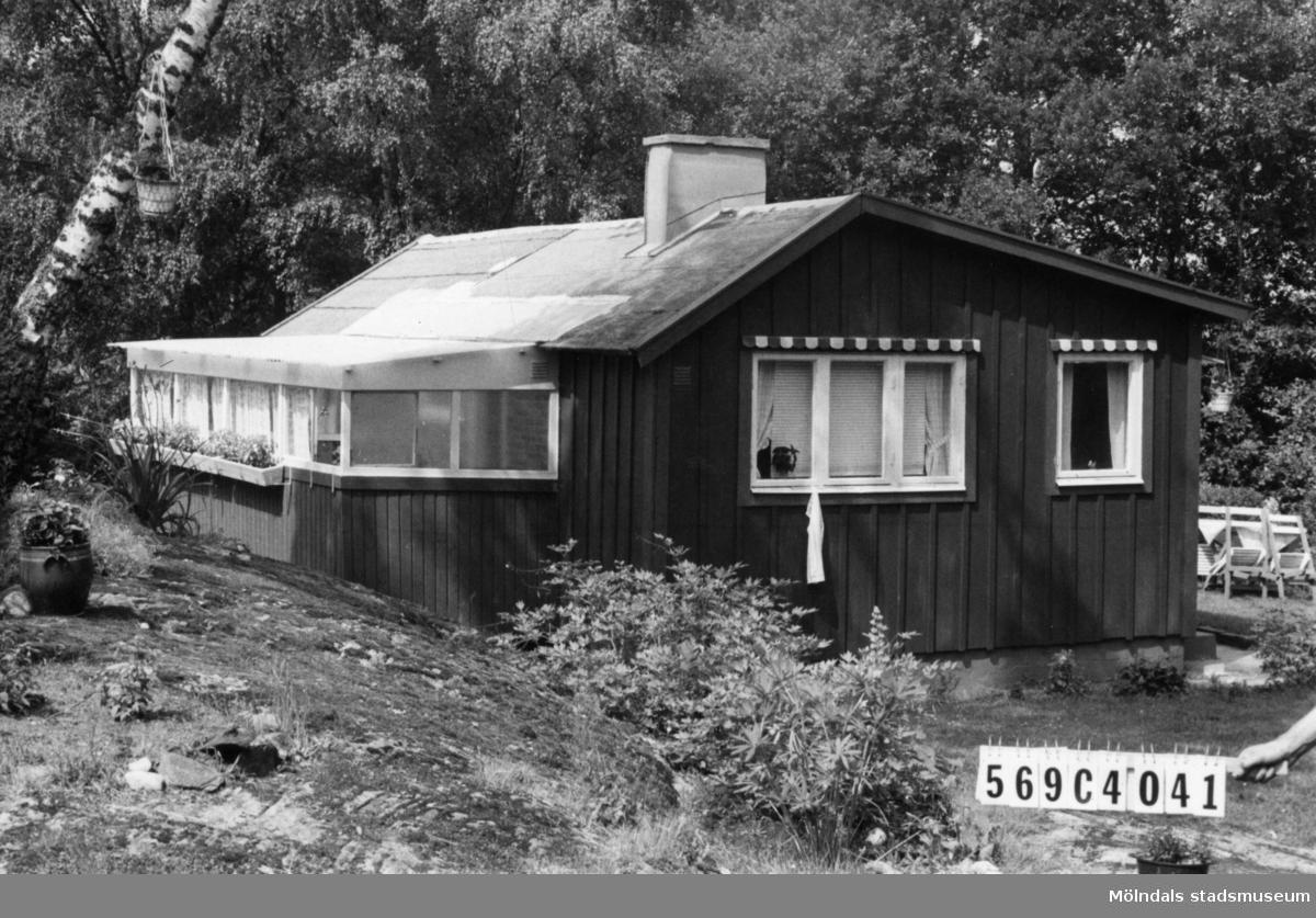 Byggnadsinventering i Lindome 1968. Gårda 2:5. Hus nr: 569C4041. Benämning: fritidshus. Kvalitet: god. Material: trä. Tillfartsväg: ej framkomlig. Renhållning: soptömning.