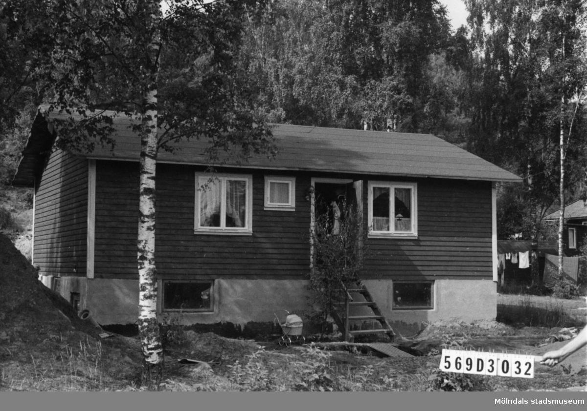 Byggnadsinventering i Lindome 1968. Berget 1:57. Hus nr: 569D3032. Benämning: permanent bostad och redskapsbod. Kvalitet, bostadshus: mycket god. Kvalitet, redskapsbod: mindre god. Material: trä. Tillfartsväg: framkomlig. Renhållning: soptömning.