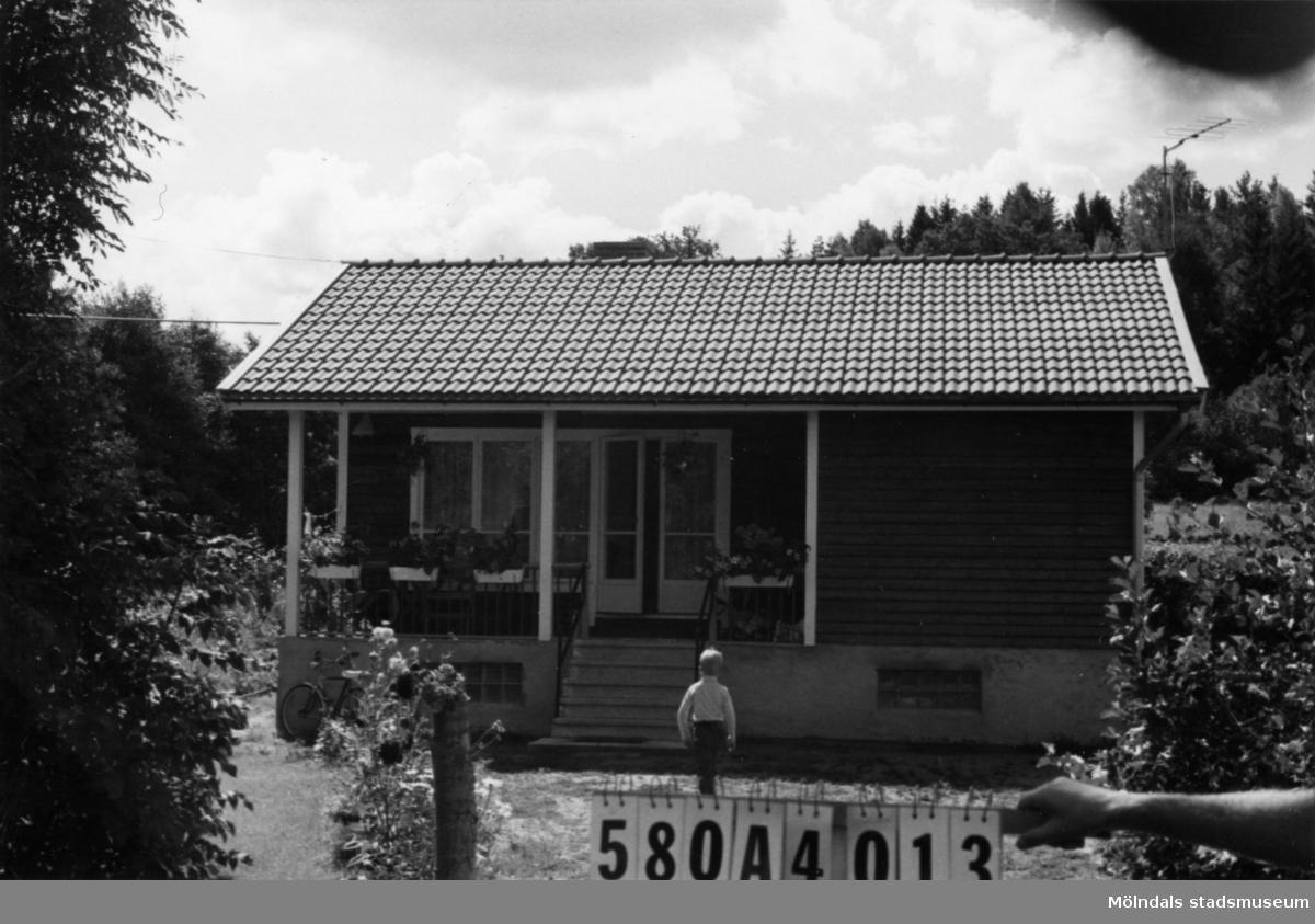 Byggnadsinventering i Lindome 1968. Hassungared 2:34. Hus nr: 580A4013. Benämning: fritidshus och två redskapsbodar. Kvalitet, fritidshus: mycket god. Kvalitet, redskapsbodar: dålig. Material: trä. Tillfartsväg: framkomlig.